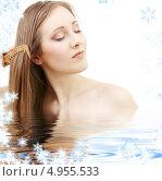 Купить «Девушка расчесывает русые волосы на фоне со снежинками», фото № 4955533, снято 1 марта 2008 г. (c) Syda Productions / Фотобанк Лори