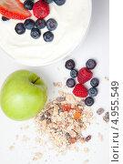 Купить «Горсть мюсли, ягоды и зеленое яблоко», фото № 4955549, снято 25 января 2012 г. (c) Wavebreak Media / Фотобанк Лори
