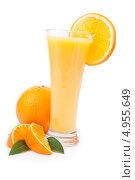 Купить «Апельсиновый сок в бокале, целый апельсин, дольки апельсина и зеленые листики, а так же долька апельсина на кромке бокала», фото № 4955649, снято 16 февраля 2012 г. (c) Wavebreak Media / Фотобанк Лори