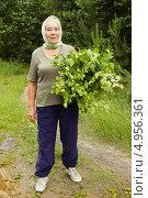 Купить «Пожилая красивая женщина с березовыми вениками», фото № 4956361, снято 22 июня 2013 г. (c) Александр Романов / Фотобанк Лори