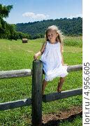 Купить «Пятилетняя девочка в белом платье сидит на ограде», фото № 4956605, снято 14 августа 2013 г. (c) Ирина Кожемякина / Фотобанк Лори