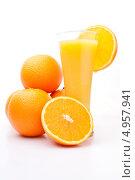 Купить «Апельсины рядом с бокалом апельсинового сока», фото № 4957941, снято 15 февраля 2012 г. (c) Wavebreak Media / Фотобанк Лори