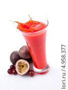 Купить «Всплеск в бокале с ягодным соком и маракуйа с ягодами рядом с ним», фото № 4958377, снято 15 февраля 2012 г. (c) Wavebreak Media / Фотобанк Лори