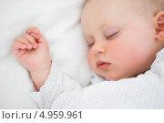 Купить «Маленький ребенок спит в постели», фото № 4959961, снято 11 апреля 2012 г. (c) Wavebreak Media / Фотобанк Лори