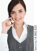 Купить «Привлекательная девушка говорит по сотовому телефону», фото № 4960825, снято 11 апреля 2012 г. (c) Wavebreak Media / Фотобанк Лори