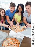 Купить «Друзья разбирают куски пиццы из коробки», фото № 4961241, снято 23 ноября 2011 г. (c) Wavebreak Media / Фотобанк Лори