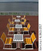Купить «Стол и стулья для игры в шахматы на набережной», эксклюзивное фото № 4963057, снято 2 августа 2013 г. (c) Галина Шорикова / Фотобанк Лори