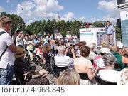 Купить «Люди на встрече с кандидатом в мэры Москвы Алексеем Навальным, август 2013», эксклюзивное фото № 4963845, снято 16 августа 2013 г. (c) Илюхина Наталья / Фотобанк Лори