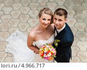 Купить «Весёлые жених с невестой на фоне тротуарной плитки», эксклюзивное фото № 4966717, снято 15 июня 2013 г. (c) Игорь Низов / Фотобанк Лори