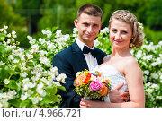 Весёлые жених и невеста среди цветущих белых цветов. Стоковое фото, фотограф Игорь Низов / Фотобанк Лори