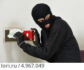 Купить «Вор в балаклаве и чёрной одежде крадёт деньги из домашнего сейфа», фото № 4967049, снято 29 июня 2013 г. (c) Дмитрий Калиновский / Фотобанк Лори