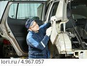 Купить «Мужчина авто механик работает с машиной», фото № 4967057, снято 18 марта 2013 г. (c) Дмитрий Калиновский / Фотобанк Лори