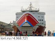 Купить «Круизный паром Viking Rosella причаливает в порту Мариехамн (Финляндия, Аландские острова).  С грузовой палубы опускается трап для погрузки транспорта», эксклюзивное фото № 4968721, снято 27 июля 2013 г. (c) Валерия Попова / Фотобанк Лори