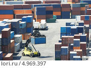 Купить «Погрузчик и грузовые контейнеры на терминале», фото № 4969397, снято 2 июля 2013 г. (c) Дмитрий Калиновский / Фотобанк Лори