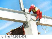 Купить «Монтажник работает на строительной площадке», фото № 4969409, снято 1 августа 2013 г. (c) Дмитрий Калиновский / Фотобанк Лори