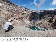 Купить «Турист фотографирует в кратере вулкана Горелый на Камчатке», фото № 4970117, снято 21 июля 2013 г. (c) А. А. Пирагис / Фотобанк Лори