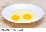 Два разбитых сырых яйца в тарелке. Стоковое фото, фотограф Иван Трошин / Фотобанк Лори