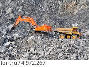 Купить «Отгрузка руды в БелАЗ с помощью экскаватора на карьере», фото № 4972269, снято 13 июля 2013 г. (c) Хайрятдинов Ринат / Фотобанк Лори