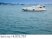 Купить «Мальдивы. Дорогая частная яхта на якорной стоянке», фото № 4973757, снято 11 февраля 2013 г. (c) Сергей Дубров / Фотобанк Лори