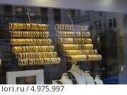 Витрина с золотыми браслетами в ювелирном магазине. Стоковое фото, фотограф Лепихин Денис / Фотобанк Лори
