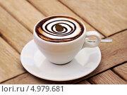 Чашка кофе с молодом, украшенная кофейным зерном. Стоковое фото, фотограф O.Guerro / Фотобанк Лори