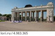 Купить «Вход в парк Горького в Москве, таймлапс», видеоролик № 4983365, снято 18 августа 2013 г. (c) Кирилл Трифонов / Фотобанк Лори