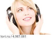 Купить «Юная девушка слушает любимую музыку в больших наушниках», фото № 4987081, снято 3 января 2009 г. (c) Syda Productions / Фотобанк Лори