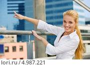 Купить «Счастливая деловая женщина показывает рукой на город», фото № 4987221, снято 17 августа 2008 г. (c) Syda Productions / Фотобанк Лори