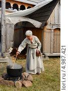 Купить «Знахарка варит на костре лечебный отвар. Ярмарка викингов на Аландских островах, Финляндия - одна из крупнейших в Скандинавии», фото № 4987421, снято 25 июля 2013 г. (c) Валерия Попова / Фотобанк Лори