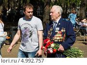 Купить «Ветеран с внуком. 9 мая 2013 года», эксклюзивное фото № 4992757, снято 9 мая 2013 г. (c) Михаил Ворожцов / Фотобанк Лори