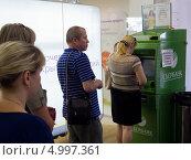 Купить «Очередь к банкомату Сбербанка», эксклюзивное фото № 4997361, снято 7 июня 2013 г. (c) Вячеслав Палес / Фотобанк Лори