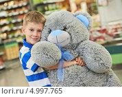 Купить «Мальчик обнимает большого плюшевого медведя», фото № 4997765, снято 13 августа 2013 г. (c) Дмитрий Калиновский / Фотобанк Лори