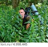 Купить «Мужчина турист пробирается сквозь заросли высокой травы», фото № 4998445, снято 17 августа 2013 г. (c) Эдуард Кислинский / Фотобанк Лори