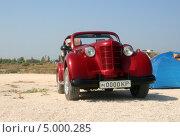 """Яркий красный автомобиль """"Москвич"""" (модель 401, ретро) на пляже, эксклюзивное фото № 5000285, снято 24 августа 2008 г. (c) Щеголева Ольга / Фотобанк Лори"""