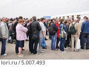 Купить «Очередь на КПП МАКС-2013», эксклюзивное фото № 5007493, снято 31 августа 2013 г. (c) Алёшина Оксана / Фотобанк Лори