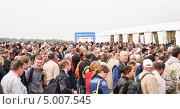 Купить «Посетители МАКС-2013 на КПП», эксклюзивное фото № 5007545, снято 31 августа 2013 г. (c) Алёшина Оксана / Фотобанк Лори