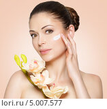 Купить «Красивая женщина наносит косметический крем на кожу лица», фото № 5007577, снято 21 мая 2013 г. (c) Валуа Виталий / Фотобанк Лори