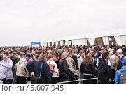 Купить «Толпа людей около входа на МАКС-2013», эксклюзивное фото № 5007945, снято 31 августа 2013 г. (c) Алёшина Оксана / Фотобанк Лори