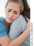 Купить «девушка обнимает опечаленную подругу», фото № 5009917, снято 2 апреля 2013 г. (c) Wavebreak Media / Фотобанк Лори