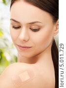 Купить «Девушка с незаметным пластырем на плече», фото № 5011729, снято 2 апреля 2011 г. (c) Syda Productions / Фотобанк Лори