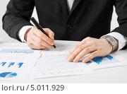 Купить «Бухгалтер работает с документами в офисе», фото № 5011929, снято 22 марта 2013 г. (c) Syda Productions / Фотобанк Лори