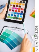Купить «Девушка дизайнер рассматривает сочетание цветов на палитре», фото № 5012309, снято 29 мая 2013 г. (c) Syda Productions / Фотобанк Лори