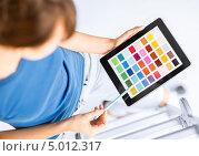 Купить «Профессиональный дизайнер с цветовой палитрой в руках», фото № 5012317, снято 29 мая 2013 г. (c) Syda Productions / Фотобанк Лори