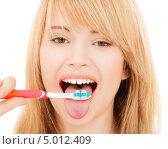 Купить «Юная девушка чистит зубной щеткой язык», фото № 5012409, снято 3 января 2009 г. (c) Syda Productions / Фотобанк Лори