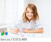 Купить «Маленькая девочка рисует красками за партой», фото № 5013489, снято 31 июля 2013 г. (c) Syda Productions / Фотобанк Лори
