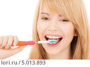 Купить «Юная девушка улыбается и чистит зубы», фото № 5013893, снято 3 января 2009 г. (c) Syda Productions / Фотобанк Лори