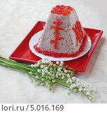Сырная (творожная) прессованная  пасха с ягодами рядом с букетом ландышей. Стоковое фото, фотограф Олеся Сарычева / Фотобанк Лори
