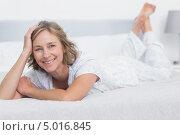 Купить «счастливая женщина в возрасте отдыхает на кровати в спальне», фото № 5016845, снято 7 апреля 2013 г. (c) Wavebreak Media / Фотобанк Лори