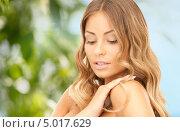 Купить «Красивая молодая женщина с волнистыми волосами в летнем саду», фото № 5017629, снято 14 августа 2010 г. (c) Syda Productions / Фотобанк Лори