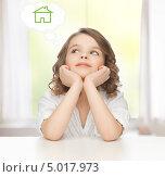 Купить «Девочка сидит за столом и мечтает о собственном доме», фото № 5017973, снято 20 января 2013 г. (c) Syda Productions / Фотобанк Лори